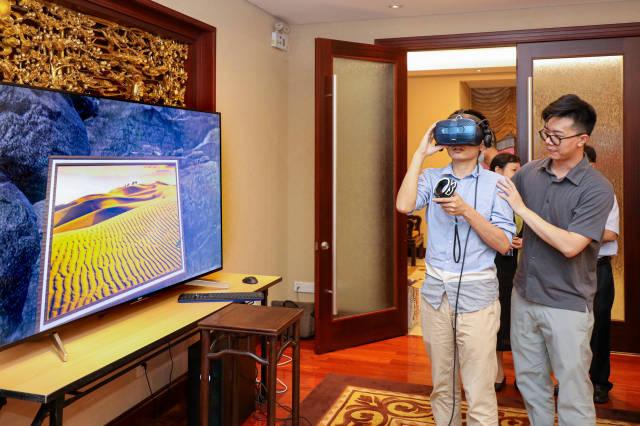 """观众佩戴VR头盔""""穿越""""至元宇宙展览现场。 受访者  供图"""